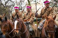 Oidentifierade deltagare som firar nationell självständighetsdagen en republik av Polen Arkivbild