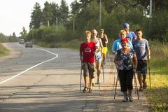 Oidentifierade deltagare under av lokala konkurrenser, i att gå för nordbo, ägnade till dagen av hälsa Royaltyfri Foto