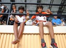 Oidentifierade fans av sportar rusar Thailand Slammers i en ASEAN-basketliga  Royaltyfria Foton