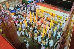 Oidentifierade fantaster som sammanfogar den ceremoniella bro-korsningen Ritu Arkivfoto