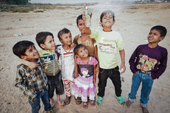 Oidentifierade fattiga barn som bor i slumkvarteret Royaltyfria Foton