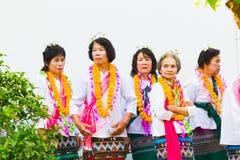 Oidentifierade gamla kvinnor som bär den thailändska traditionella likformign Royaltyfri Fotografi