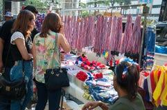 Oidentifierade hjälpmedel och/eller souvenir säljare och köpare för Arkivfoto