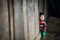 Oidentifierade Hmong barn i Sapa, Vietnam Royaltyfria Foton