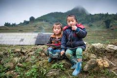 Oidentifierade Hmong barn i Sapa, Vietnam Royaltyfri Bild