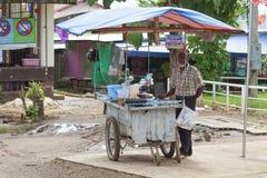 Oidentifierade indierns man gjorde Roti royaltyfria bilder