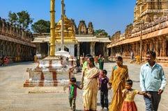 Oidentifierade indiska turister besöker till den berömda gränsmärket Royaltyfri Bild