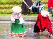 Oidentifierade infödda par som firar Inti Raymi, Inca Festival av solen i Ingapirca, Ecuador Royaltyfria Bilder