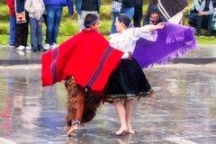Oidentifierade infödda par som firar Inti Raymi, Inca Festival av solen i Ingapirca, Ecuador Arkivbilder