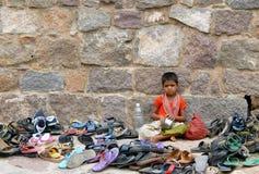 Oidentifierade kläder för flickaklockafot av hinduiska fantaster royaltyfri fotografi