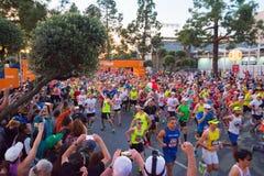 Oidentifierade löpare i början av den 30th LAmaraton Editio Arkivfoto