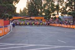 Oidentifierade löpare i början av den 30th LAmaraton Editio Arkivbilder