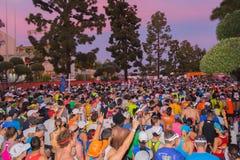 Oidentifierade löpare i början av den 30th LAmaraton Editio Arkivbild