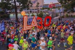 Oidentifierade löpare i början av den 30th LAmaraton Editio Royaltyfri Foto