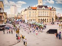 Oidentifierade löpare på gatan i Novi Sad, Serbien Arkivbild