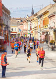 Oidentifierade löpare på gatan i Novi Sad, Serbien Royaltyfri Foto