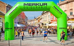 Oidentifierade löpare på gatan under den Novi Sad hösten Marath Arkivfoto