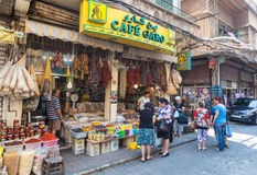 Oidentifierade lokaler som köper mat på en gata i Beirut Arkivbilder