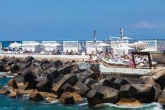 Oidentifierade lokaler som kopplar av på stranden runt om kajen i Beirut Arkivfoto