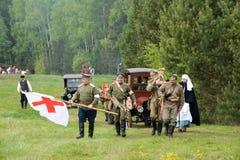 Oidentifierade män med medicinRöda korsetflaggan Fotografering för Bildbyråer