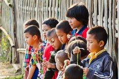 Oidentifierade måndag barn 5-12 år som spelar med bubblor. Royaltyfri Foto