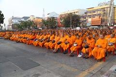 Oidentifierade munkar väntar det lovande för att gå till den offentliga almen Royaltyfria Foton
