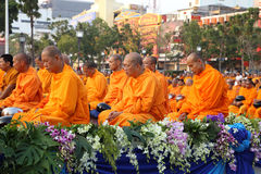 Oidentifierade munkar väntar det lovande för att gå till den offentliga almen Royaltyfri Fotografi