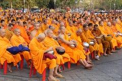 Oidentifierade munkar väntar det lovande för att gå till den offentliga almen Fotografering för Bildbyråer