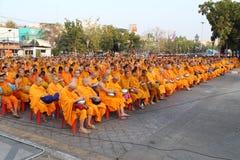 Oidentifierade munkar väntar det lovande för att gå till den offentliga almen Royaltyfri Bild