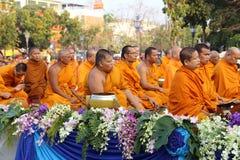Oidentifierade munkar väntar det lovande för att gå till den offentliga almen Arkivfoto