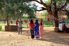 Oidentifierade Myanmar kvinnor tas fotoet med traditionella dockor omkring Arkivfoto