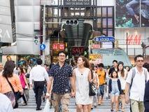 Oidentifierade par shoppar på det Shinsaibashi shoppinggallerit Arkivfoton