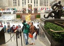 Oidentifierade par som tar selfie på den lägre plazaen av den Rockefeller mitten i midtownen Manhattan Royaltyfri Foto