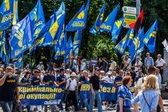 Oidentifierade protesterare av stiger upp, Ukraina! demonstrationsmarsch i Kiev Arkivbild