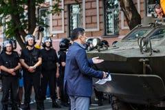 Oidentifierade protesteraretrys som stoppar provokationen - flytta sig av armen Arkivfoton