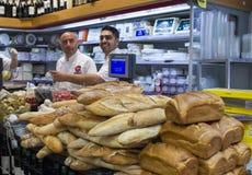 Oidentifierade säljare och shoppare i livsmedelsbutiken i Jerusalem mor Royaltyfri Bild