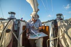 Oidentifierade sjömän deltar i den 12th Ellada för seglingregatta hösten 2014 bland den grekiska ögruppen i det Aegean havet Arkivfoto