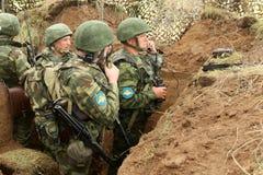 Oidentifierade soldater under övningar för kommandostolpe med luftburen uppdelning för 98 thvakter Royaltyfria Bilder