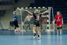 Oidentifierade spelare i handling på handbollmatchen Royaltyfri Bild