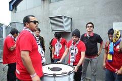 Oidentifierade thailändska fotbollsfan i handling Arkivfoton