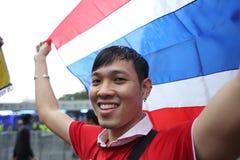 Oidentifierade thailändska fotbollsfan i handling Royaltyfri Bild