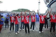 Oidentifierade thailändska fotbollsfan i handling Fotografering för Bildbyråer