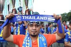 Oidentifierade thailändska fotbollsfan i handling Royaltyfri Fotografi