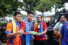 Oidentifierade thailändska fotbollsfan i handling Royaltyfria Foton