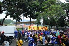 Oidentifierade thailändska fotbollsfan i handling Arkivfoto
