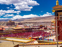 Oidentifierade tibetana buddistiska munkar och nunnor samlade i Yarchen Royaltyfri Fotografi