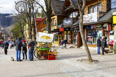 Oidentifierade turister köper Oscypek ost royaltyfri bild