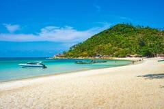 Oidentifierade turister och fartyg på den Koh Phangan ön sätter på land thailand Arkivfoton