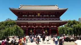 Oidentifierade turister som besöker den Sensoji templet, den äldsta templet i Asakusa område Tokyo, Japan arkivfilmer
