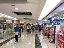 Oidentifierade turister som går i MBK-köpcentret Royaltyfri Bild